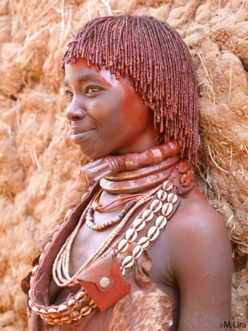 Железные ошейники на шеях девушек хамер определяют их семейное положение.