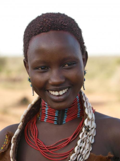 В отличие от детей других народностей Эфиопии, племена Хамер, Каро, Бенна, и некоторые другие ведут себя достойно. Их дети не просят денег. Им самим интересно пообщаться.