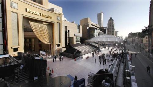 """За две недели до """"Оскара"""" ограничивается проезд по Голливудскому бульвару: расположенный там кинотеатр """"Кодак"""" - место проведения церемонии с 2002 года - начинают готовить к празднику."""