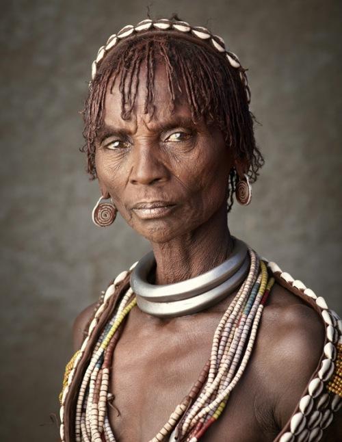 """Остальные носят обыкновенные железные обручи, количество которых обозначает порядковый номер жены, они называются """"Исанте"""""""