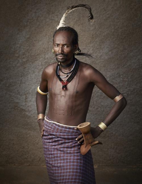Мужчины хамер одеваются во что-то наподобие юбки, многослойные бусы из бисера на шее, серёжки с бисером в ушах. Серьги у мужчины обозначают количество жен.