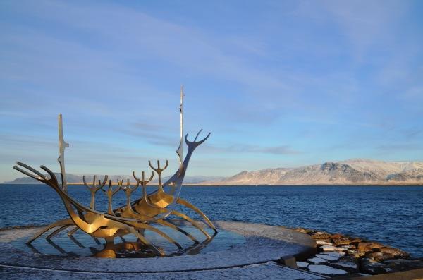Прототип лодки викингов на набережной