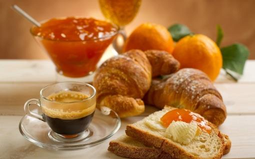 Круассаны и кофе - идеальный завтрак для французов