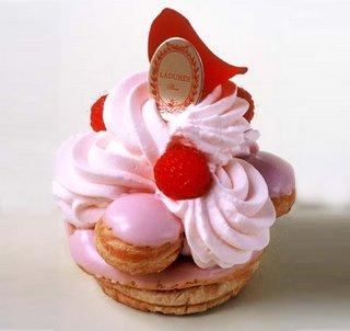 Ladurée - одна из лучших кондитерских в Париже. Каждое пирожное - произведение искусства