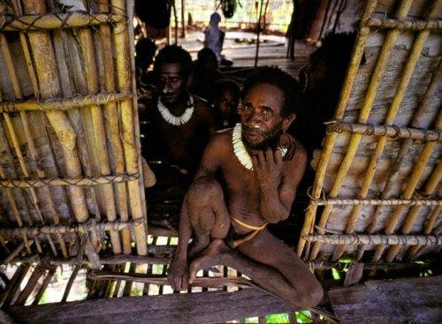 По данным переписи населения, проводимой в 2010 году, в этом племени кочевников, у которых из одежды лишь банановые листья, насчитывалось 3000 человек.