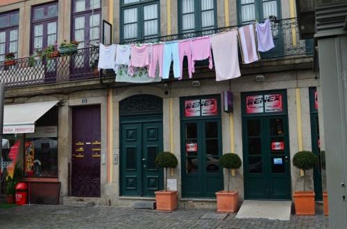 Белье вешают сушиться даже на главных улицах города