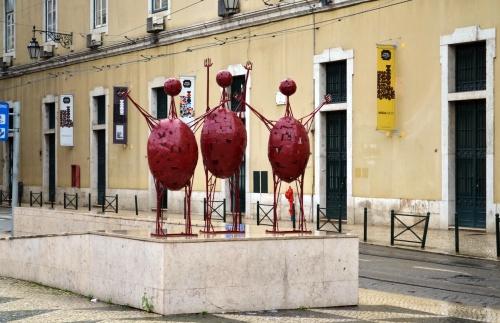 Среди архитектурных особенностей исторических кварталов Лиссабона выявляется приверженность не только самобытному португальскому барокко, но и таким современным статуям