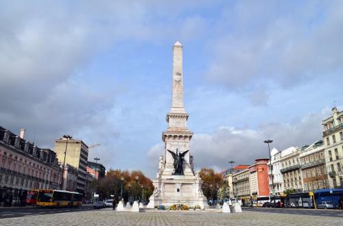 Площадь Восстановления Независимости. Памятник в центре был торжественно открыт в 1886 году. На монументе, спроектированном Антониу Томашем да Фосека, установлены статуи, символизирующие «Независимость» и «Победу».