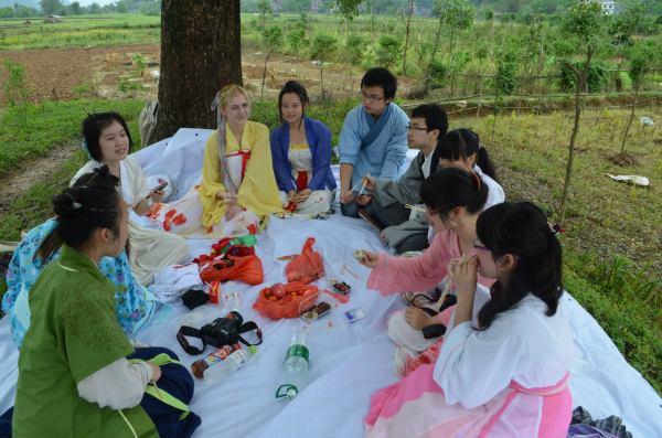 В Китае моя подруга пригласила меня  на пикник. Ребята плохо говорили на английском, но постарались сделать все возможное, чтобы показать свою гостеприимность