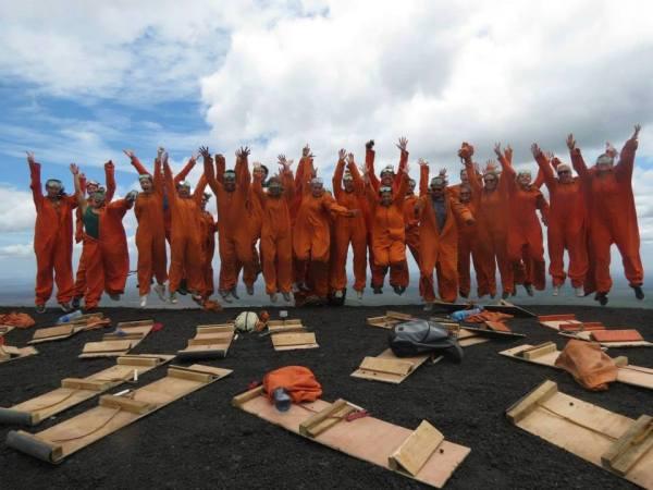 Никарагуа - это единственная страна, в которой можно спуститься с активного вулкана на борде. Наша дружная оранжевая команда сделала это!